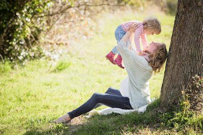 木の下で遊ぶ親子
