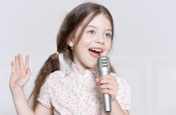 歌を歌う子供