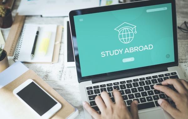 留学 パソコンで調べる