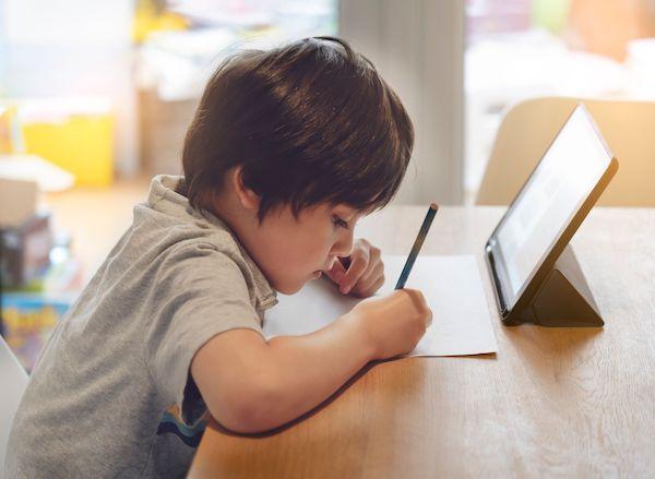 子供タブレットで勉強